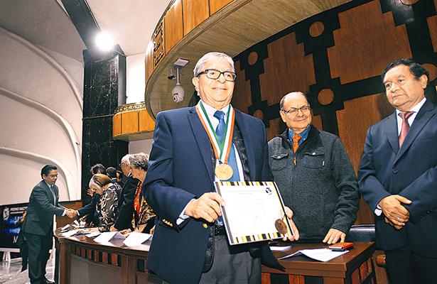 """Cronista de El Sol de México recibe la medalla """"Álvaro Gálvez"""""""