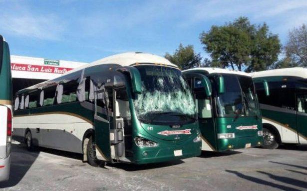 Secuestran normalistas 38 autobuses y choferes de Flecha Roja