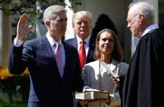 Juramenta Neil Gorsuch como nuevo juez de la Corte Suprema de EU
