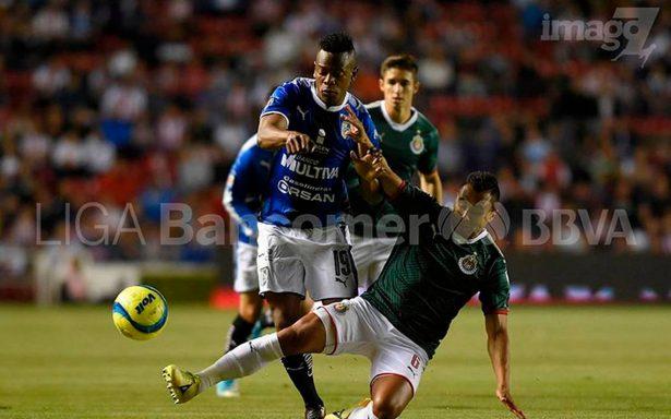 Gallos y Chivas regalan entretenido empate 2-2 en la Liga MX