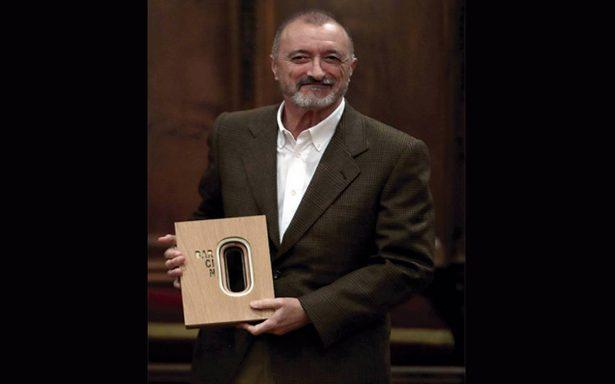 Arturo Pérez-Reverte recibe el Premio Barcino en Barcelona