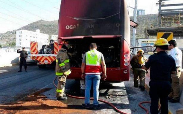 Se incendia autobús del Necaxa; jugadores, a salvo