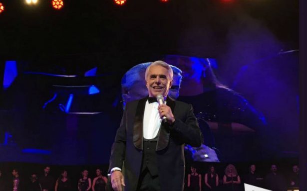 Miles disfrutan los éxito de Enrique Guzmán en el Auditorio Nacional