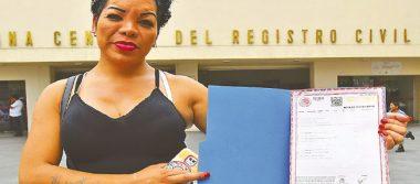 Recibe mujer transexual oficialmente su identidad