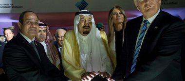 """Redes sociales convierten en """"villano"""" a Trump por foto con esfera brillante"""