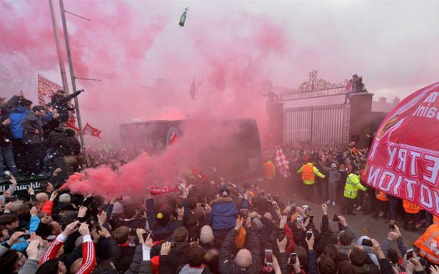 Aficionados del Liverpool dañan autobús del Manchester a su llegada a Anfield; UEFA investiga