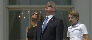 Trump observa el eclipse desde el balcón de la Casa Blanca