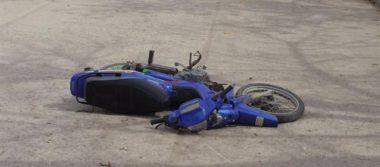 Muere motociclista al caer a un puente
