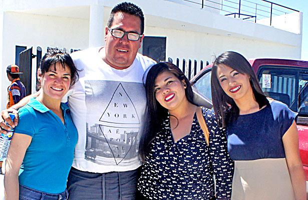 CUENCAMÉ, Dgo. (OEM).- Compañeras de trabajo del profesor Mario Oswaldo Favela Rivas.