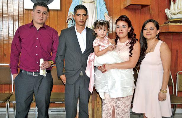 La linda festejada con sus papás y padrinos, quienes la acompañaron a su presentación.