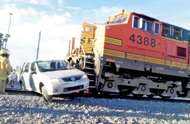 Tren embiste a auto al querer ganarle el paso