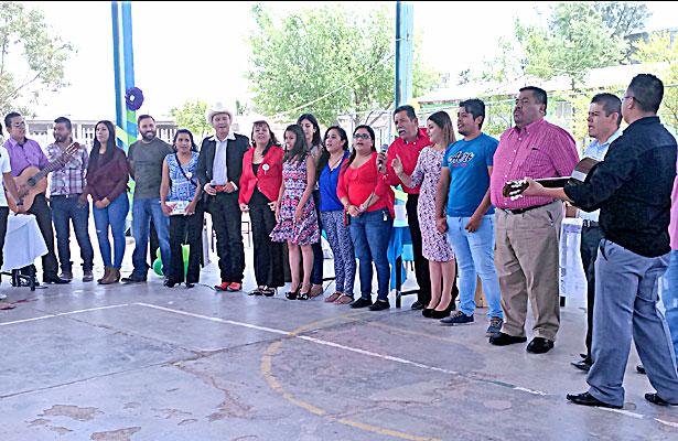 """CUENCAMÉ, Dgo. (OEM).- Personal docente de la escuela primaria """"Juan de la Barrera""""."""