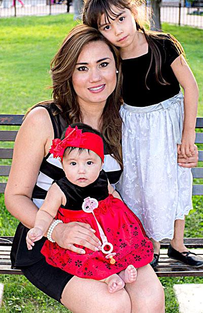 SAN JUAN DEL RÍO, Dgo. (OEM).- Una guapa mamá es Lorena Solís, acompañada de sus dos guapas hijas.