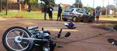 Muere niño al caer de moto