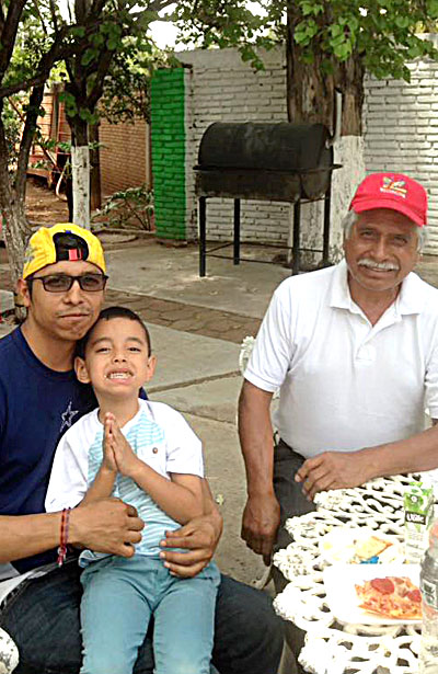 El CP Lorenzo Villaseñor acompañado de su hijo y su nieto.