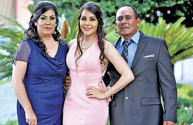 Señores, Laura Gallarzo e Ignacio Medrano, orgullosos padres de la feliz graduada.