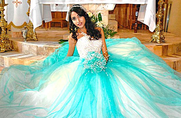 NUEVO IDEAL, Dgo. (OEM).- Aleida Anahí lució hermosa el día que acudió al Templo a dar gracias a Dios al cumplir sus XV años acompañada de sus seres queridos.