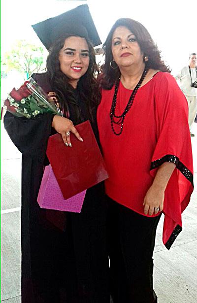 SANTIAGO PAPASQUIARO, Dgo. (OEM).- Con gran orgullo y satisfacción la joven Johana Meraz Luna, recibió su certificado de estudios del CBTF 2, acompañada de su madrina María Guerrero.