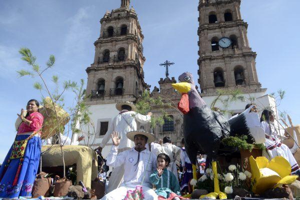 Viven duranguenses color y diversión en desfile de la Fenadu