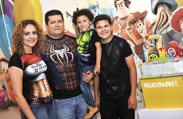 Paola Valdivia Martínez y Roberto Sifuentes Jiménez, papás del guapo festejado, asimismo su hermano Randall.