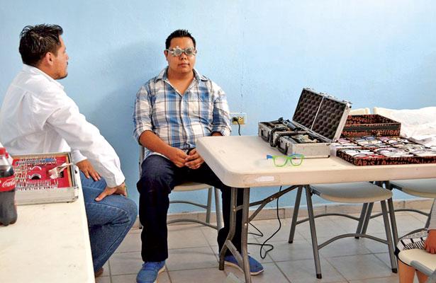 Entrega alcalde semilla de avena subsidiada, en Cuencamé