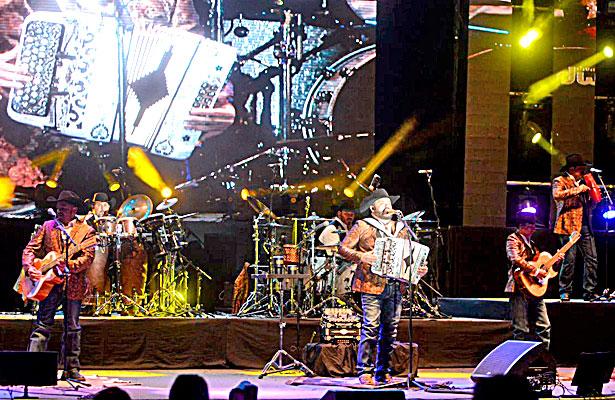 Durango cantó al ritmo de Intocable