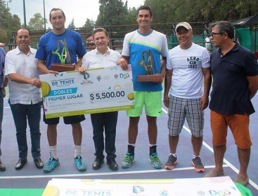 César Ramírez el campeón del torneo abierto de profesionales, de la FENADU