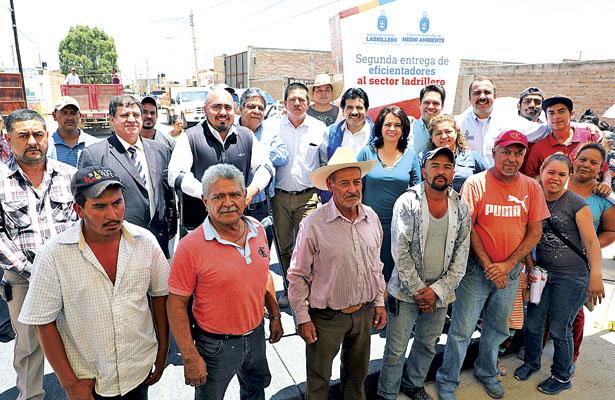 Entrega Enríquez Herrera 80 eficientadores a ladrilleros