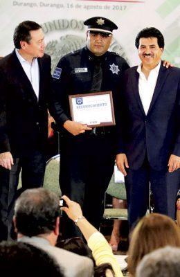 Cambia Enríquez la vida de tres familias de policías en Durango