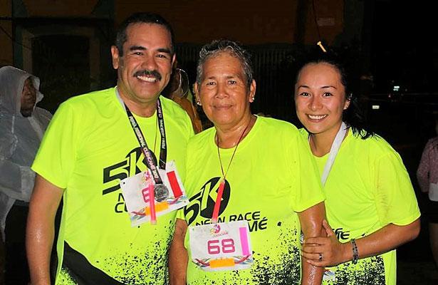 CUENCAMÉ, Dgo. (OEM).- Familia Favela presentes en carrera nocturna 5k Neón Race.