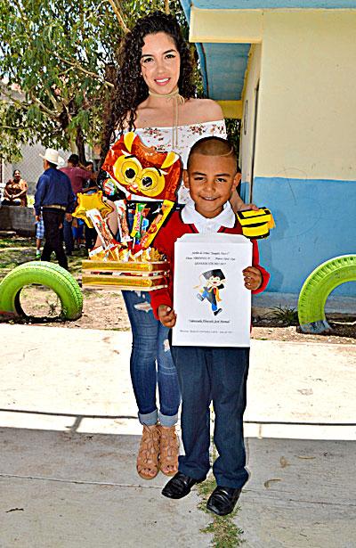 """NUEVO IDEAL, Dgo. (OEM).- José Manuel Valenzuela Alvarado terminó con éxito su nivel preescolar en el Jardín de Niños """"Joaquín Amaro""""."""