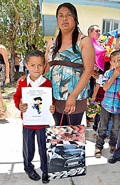 NUEVO IDEAL, Dgo. (OEM).- Kevin García Proa terminó su formación preescolar acompañado de su tía y madrina María García Curiel.