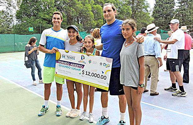 La gráfica muestra a los participantes del Torneo de Tenis del 454 aniversario de la ciudad, el cual se desarrolló con gran éxito.
