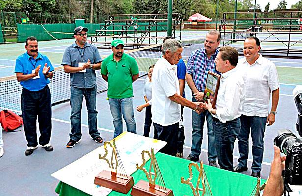Momento emotivo fue cuando se le entregó reconocimiento al señor Fidel Antonio Favela Campos.