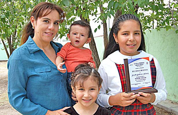 NUEVO IDEAL, Dgo. (OEM).-  Orgullosos posaron para el recuerdo los integrantes de la familia Gutiérrez Herrera el día que Janeth conquistó un premio por sus logros académicos en la escuela primaria Amado Nervo.
