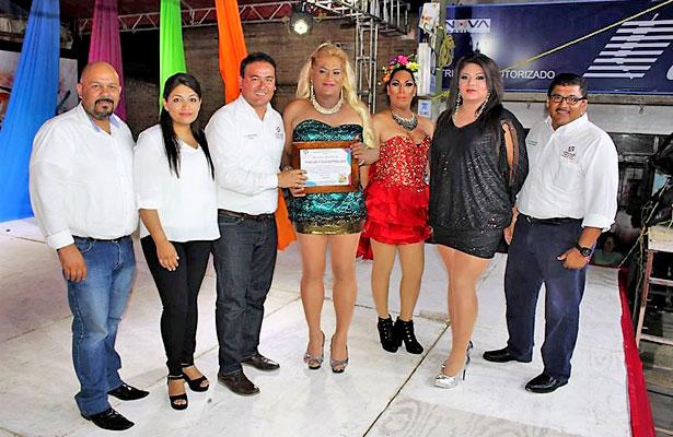 CUENCAMÉ, Dgo.- (OEM).- Thalía y sus estrellas reciben reconocimiento por parte del presidente municipal Ismael Guerrero Moreno y su señora esposa Mónica Favela Lomelí, por su excelente show.