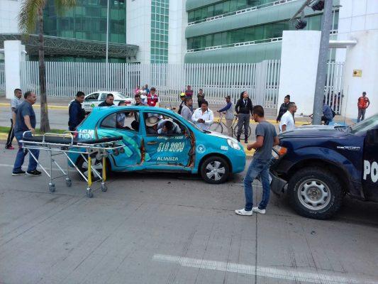 Chocan patrulla y taxi frente al Hospital General 450