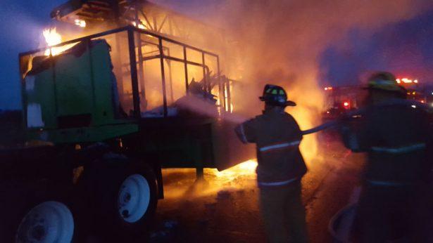 Se incendió camión que trasladaba juego mecánico