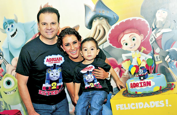 Doctor Esteban Villegas y Marisol Rosso, papás del guapo Adrián, el día que le celebraron sus dos primeros años de feliz vida.