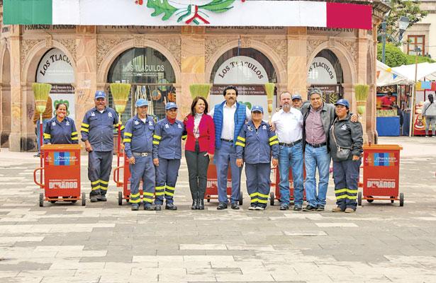 Entrega Enríquez nuevos carritos a trabajadores de limpia municipal