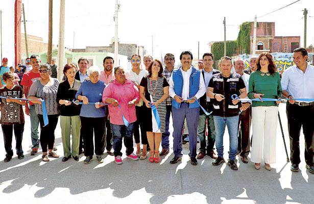 Entrega Municipio pavimentación de calle en la colonia Asentamientos Humanos