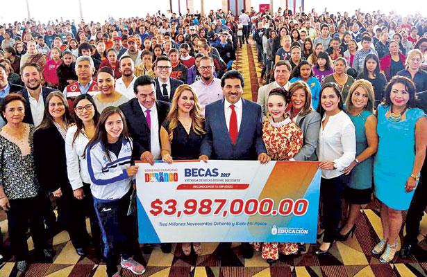 Otorga Enríquez becas académicas, culturales y deportivas