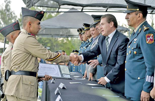 Entrega Aispuro cartillas ajóvenes del Servicio Militar