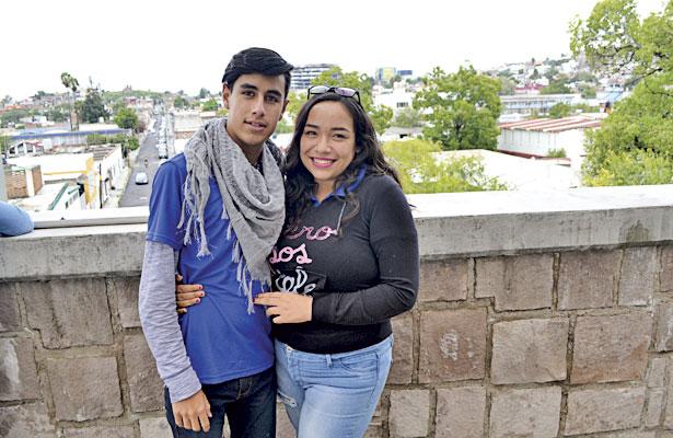 NUEVO IDEAL, Dgo. (OEM).- Felices posaron para el recuerdo los talentosos campeones estatales de la DGETA Josué López Violante en leyenda y Cristal Ávila Manrique en canto.