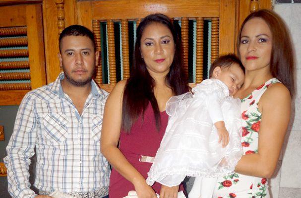 VILLA UNIÓN, Poanas. Dgo. (OEM).- Fue bautizada la hermosa Libia Roberta Badillo, acompañada de su mami y sus padrinos.