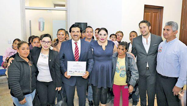 Reconocen laborde Enríquez enlas colonias yfraccionamientos