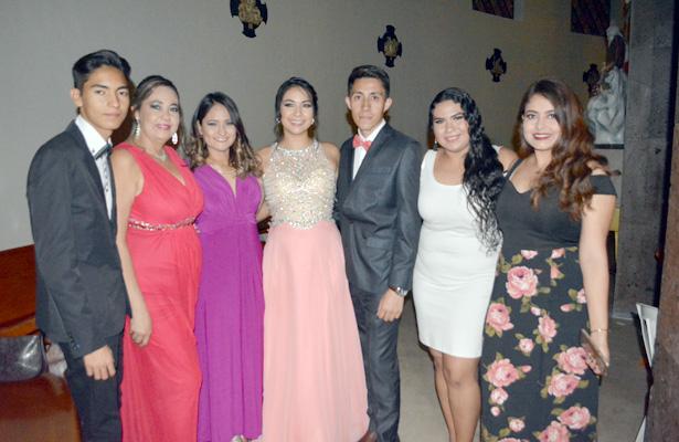 Mario Fernando, Karla Gabriela, Katia Osuna, la feliz graduada, Sergio Gallegos, Valeria León y Yamilett Ureña.
