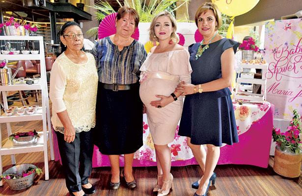 Organizadora del evento, Susana González, así como las futuras abuelitas, acompañando a la futura mamá Patricia Carranza.