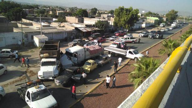 Camión sin frenos ocasiona carambola; 4 lesionados