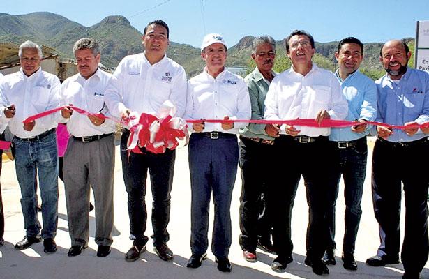 Inaugura Aispuro Torres obrade pavimentación en Velardeña